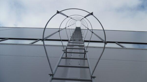 пристенная лестница orima с защитным ограждением